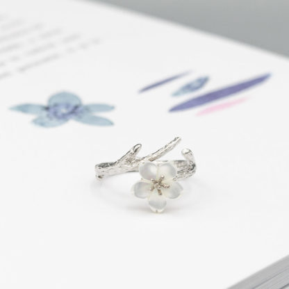inel din argint texturat cu floare Sakura
