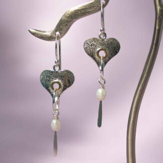 Cercei lungi inimi din argint texturat, cu perle, Eros-2
