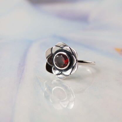 Inel de argint cu granat rosu, Floare de Nufar